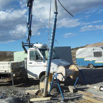 Instalación y extracción de bombas sumergibles en pozos de agua.